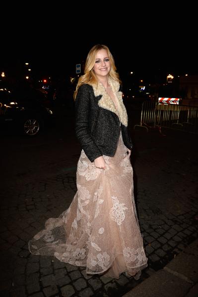 2013年11月30日,法国巴黎,时尚设计师Joy de Rohan Chabot的女儿-17岁的Marie de Rohan Chabot穿着一袭阿曼尼(Armani)礼服参加名媛成人礼舞会。(Pascal Le Segretain/Getty Images)