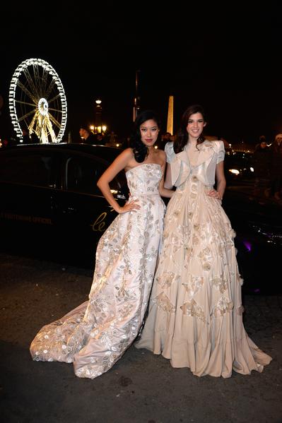 2013年11月30日,法国巴黎,亚裔名媛Alison Lee(左)穿着詹巴迪斯塔·瓦利(Giambattista Valli)礼服参加名媛成人礼舞会。(Pascal Le Segretain/Getty Images)