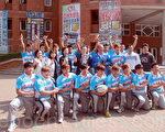 校长李泳龙(中排右5)带领长荣大学橄榄球队秀佳绩。(摄影:赖友容/大纪元)