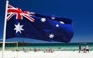 1月13日,高温之下南澳最大城市阿德莱德的人们在Glenelg海滩消暑纳凉。(Daniel Kalisz/Getty Images)