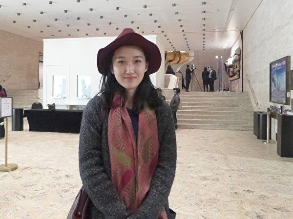 半年前來到美國學習廣告和平面設計專業的大陸留學生陽子在2014年1月15日觀看紐約林肯中心的神韻晚會。(蔡溶/大紀元)