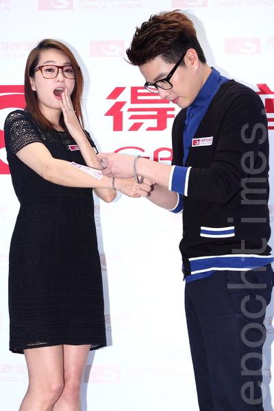 艺人李易(右)、六月夫妻1月17号于台湾台北市出席品牌眼镜情人节活动。(丘普林/大纪元)