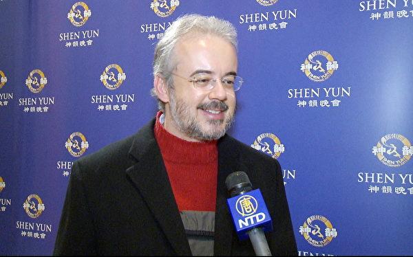 巴西圣保罗的金融业顾问Boanerges先生于2014年1月16日纽约林肯中心神韵晚会。(大纪元图片)