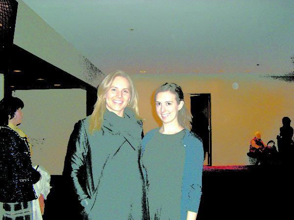 摩根公司做金融工作的Vanessa Tralo(左)与在金融财务公司Big Four工作的Lisa Mindel(右)于2014年1月16日欣赏纽约神韵晚会。(徐竹思/大纪元)
