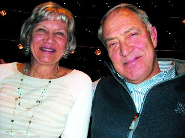 雷诺克斯财务规划公司(Lenox Advisor)董事总经理米勒(John Miller)于2014年1月16日欣赏纽约神韵晚会。(徐竹思/大纪元)