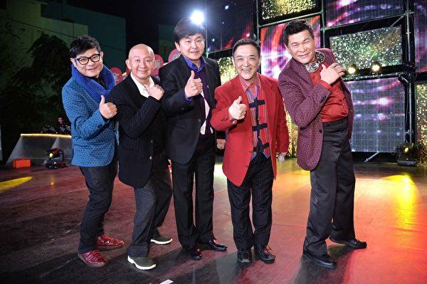 節目把(右起)澎恰恰、小亮哥、賀一航、李登財搭配許效舜成為「超級五虎將」。(三立提供)