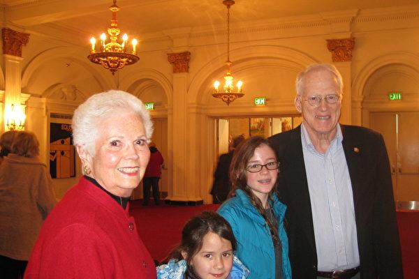 马里兰州立大学系统的荣誉校长William Kirwan先生与太太Kirwan女士带着两个小孙女来观看了神韵1月18日的演出。(苏筱/大纪元)