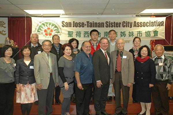 聖荷西台南市姐妹市協會(San Jose-Tainan Sister City Association)18日假北加州台灣會館舉行盛大的2014 年會。前排右三是新會長林典謨、左三前任會長陳天令。(攝影:大紀元記者藍天)。