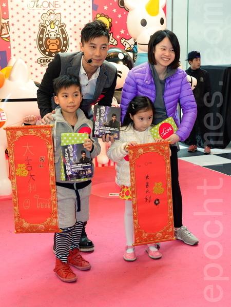 """创下""""全球最大魔法学堂""""的金氏世界纪录的魔术师甄泽权(Louis Yan)19日在 THE ONE 的活动中表演魔术和写春挥。(宋祥龙/大纪元)"""