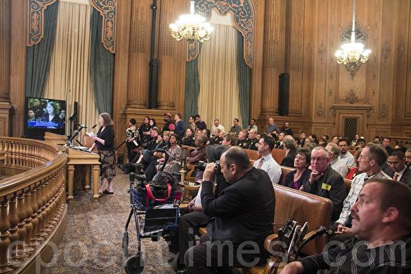 1月16日晚的舊金山市聽證會上市民紛紛發言表達對行人安全的關注。(簡妤/大紀元)