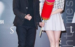 """李娅莎(右)1月20日在台北发片,荒山亮带来巨型""""冲天炮"""",祝贺新专辑销售""""一飞冲天""""。(黄宗茂/大纪元)"""