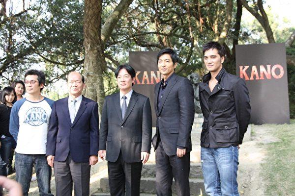 魏導(左一)與馬導(右一)特別感謝台南市政府與水利會的大力協助讓拍攝順利。(威視提供)