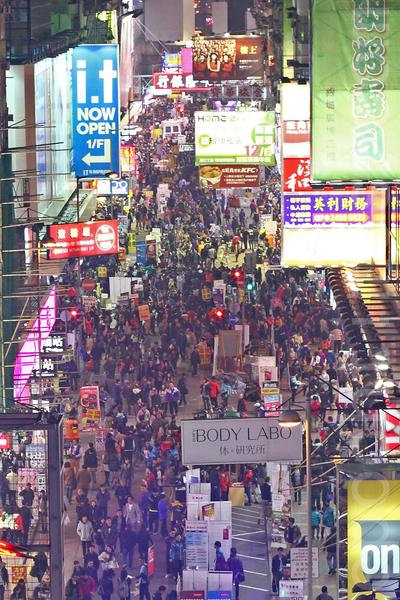 旺角行人專用區1月20日起,縮減到只在星期六、日及公眾假期開放,有樂隊舉行告別會,吸引許多民眾圍觀支持。(潘在殊/大紀元)