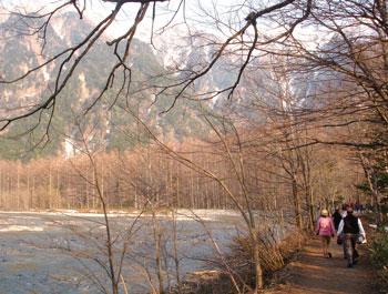 沿着溪边的步道(摄影:张羽良/大纪元)