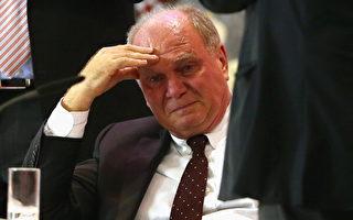 赫内斯逃税震惊德国社会,2013年11月在拜仁年会上,他痛悔地流下眼泪。 (Alexander Hassenstein/Bongarts/Getty Images)