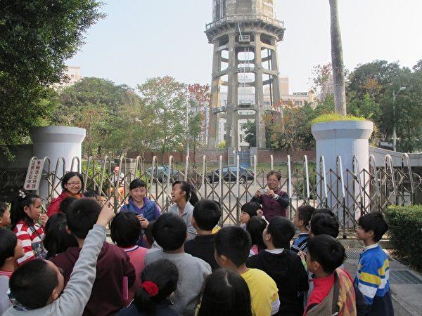 东仁国中种子导览员,向小朋友导览解说历史古迹。(廖素贞/大纪元)