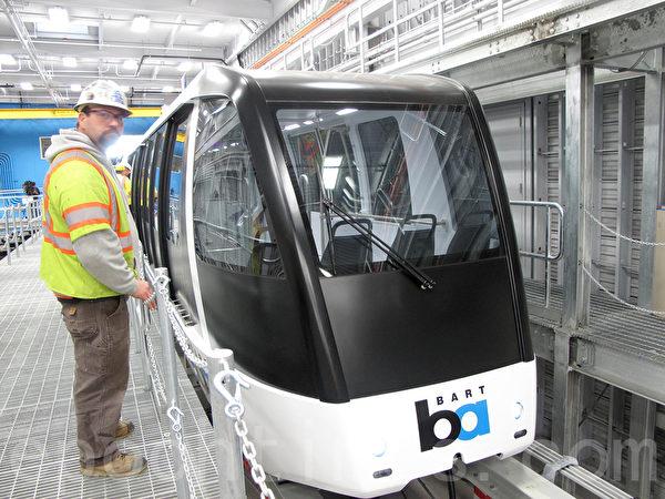 捷運連接奧克蘭機場的新型車輛1月21日首次向媒體公開。(古馨雨/大紀元)