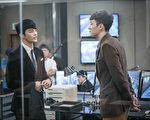 苏志燮(右)与徐仁国(左)为了上镜好看,忌口加运动练出好身材。(卫视中文台提供)