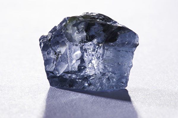 This handout picture released by the Petra Diamonds company website on January 21, 2014 and taken on January 18, 2014 shows a 29,6 carat blue diamond, worth several million dollars, which was found in January 2014 in the Cullinan mine near Pretoria. AFP PHOTO / Petra Diamonds Limited  / PHILIP MOSTERT  RESTRICTED TO EDITORIAL USE - MANDATORY CREDIT