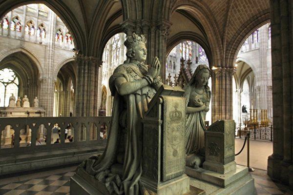 教堂内国王路易十六和皇后玛丽.安托瓦奈特的雕像。(JOEL SAGET/AFP/Getty Images)