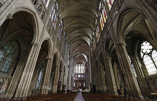圣丹尼大教堂内部。(FRANCOIS GUILLOT/AFP/Getty Images )