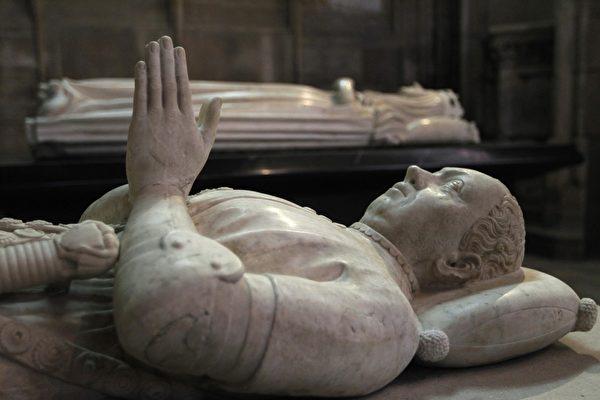 教堂内雕像:法国民族英雄贝特朗.杜.盖克兰(Bertrand Du Guesclin1320-1380) 之墓。(JOEL SAGET/AFP/Getty Images)