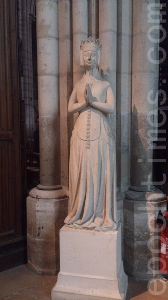 圣丹尼大教堂内的王后站立雕像。(杨浩/大纪元)