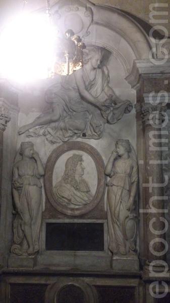 圣丹尼大教堂里的亨利四世雕像纪念碑。(杨浩/大纪元)