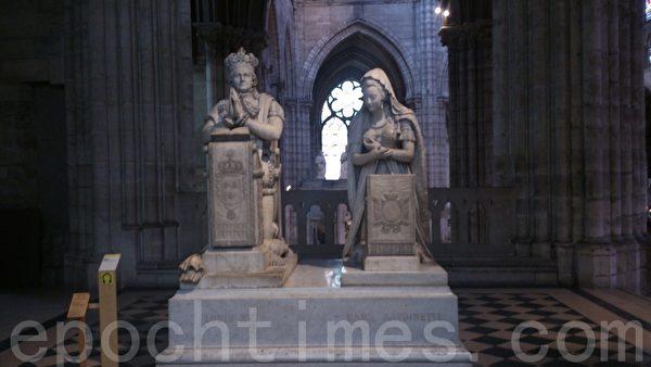 平台上端庄的路易十六及王后玛丽.安托瓦奈特跪着祈祷的大雕像。(杨浩/大纪元)