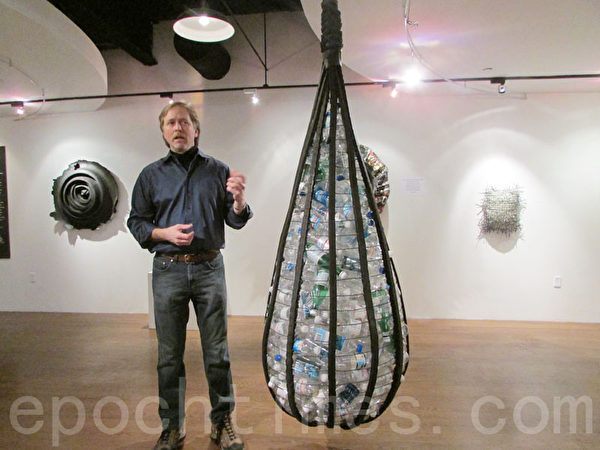 雕塑艺术家彼得.耶尔斯(Peter Hiers)展示其中一件环保主题作品。(摄影:任倩雪/大纪元)