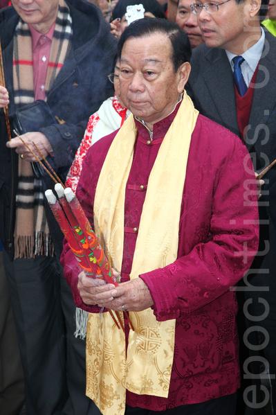 2012年大年初二,乡议局主席刘皇发在车公庙为港人求得中签。(潘在殊/大纪元)