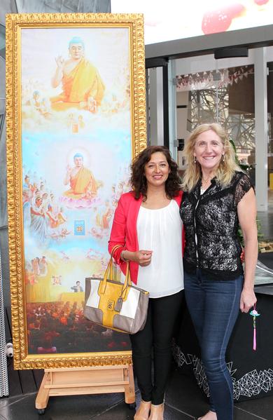 维省艺术家协会主任Soraya Pickard女士(左)与曼宁汉姆市议会议员Dot Haynes(右)在画作前合影。(摄影:陈明/大纪元)