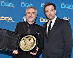 2014年1月25日,《地心引力》导演阿方索•柯朗获颁美国导演工会奖大奖——杰出导演成就奖,与颁奖嘉宾、上届得主本•阿弗莱克合影。(Frazer Harrison/Getty Images)