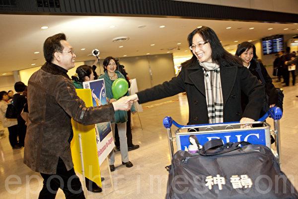 神韵著名女高音歌唱家姜敏再次随团来到日本,在机场受到粉丝的欢迎。(余钢/大纪元)