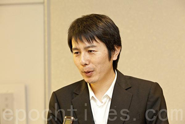 神韵国际艺术团乐团指挥佐藤洋平是一名才华横溢的年轻日本人,他表示,希望更多的日本人能欣赏到真正的中国传统文化。(余钢/大纪元)