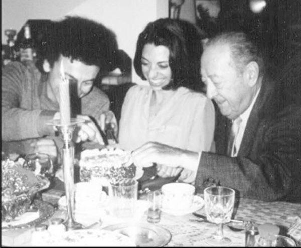 慶祝雪莉‧克魯斯生日,雅沙‧海飛茲正在移走蛋糕上的蠟燭。(博大提供)