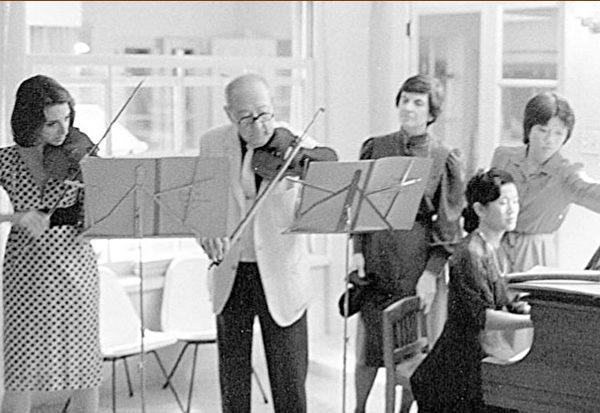 在比佛利山莊的新年聚會。雅沙‧海飛茲與雪莉‧克魯斯一起合奏。(博大提供)