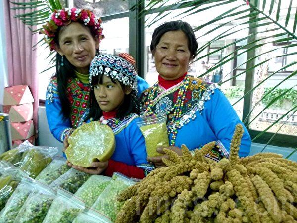 崁顶部落用小米做成小米年糕,营养不胀气。(龙芳/大纪元)