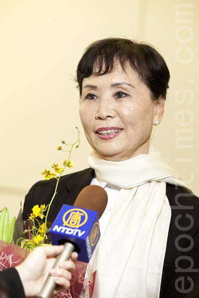 神韵国际艺术团团长张铁钧女士喜悦地表示,很高兴在中国新年期间,把中国传统文化的精髓献给日本观众,并提前向日本观众及在日华人拜个早年,祝愿大家过年好。(余钢/大纪元)