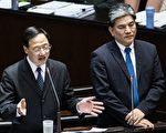 行政院长江宜桦(左)27日指出,不管《宪法》对覆议案过与不过的规定如何,他都非常清楚其中所蕴含的政治责任。(陈柏州/大纪元)