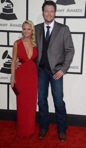 最佳鄉村歌手入圍者布雷克•謝爾頓和歌手妻子米蘭達•蘭伯特,後者身著火紅色Pamella Roland禮服。(ROBYN BECK/AFP)