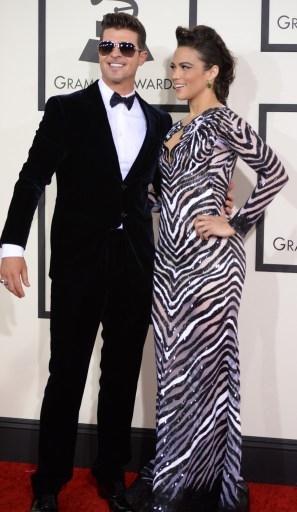 羅賓•西克與演員寶拉•帕頓,不過媒體對寶拉的禮服評價不高。(ROBYN BECK/AFP)