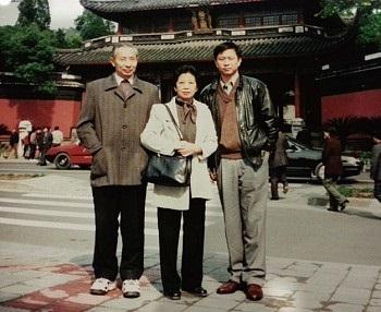 謝田的父母是高級知識分子,尤其父親曾在文革期間撰寫文章而遭到批鬥,舉家被下放農村。圖為謝田與雙親攝於岳飛墓廟前。(謝田提供)