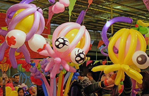 2014年1月26日,台湾台北,年货大街开张,缤纷的造型汽球喜气洋洋。(Sam Yeh/AFP)