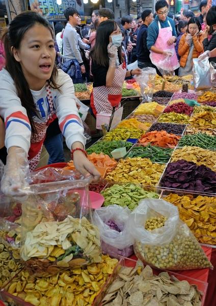 2014年1月26日,台湾台北,年货大街开张,各式零食的买气热络。(Sam Yeh/AFP)