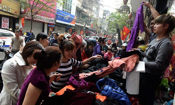 2014年1月21日,越南河内,贩卖服饰的摊位买气热络。(HOANG DINH Nam/AFP)