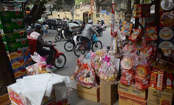 2014年1月21日,越南河内,商家贩售各式应景商品。(HOANG DINH Nam/AFP)