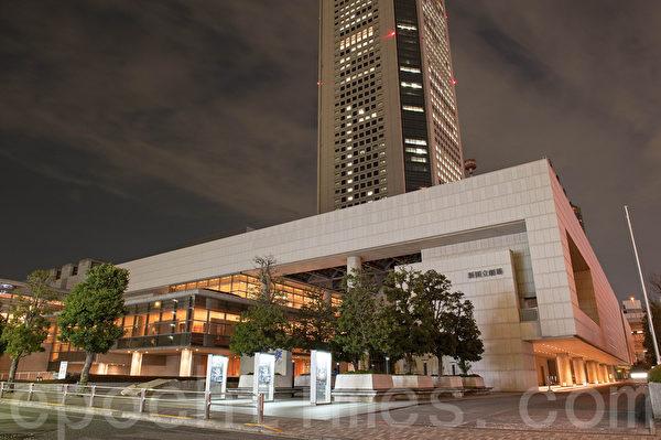 """新国立剧场是日本众多的剧场中,颇为""""年轻""""的剧场。修建于1997年。综合吸收了舞台建筑设计的高科技尖端技术,是日本顶端剧场的代表。(牛彬/大纪元)"""
