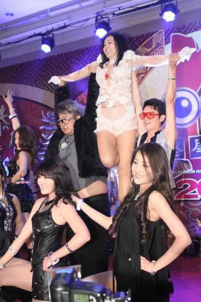 陳美鳳在服裝與氣勢、以及舞蹈動作,展現不同於謝金燕的動感媚力。(民視提供)
