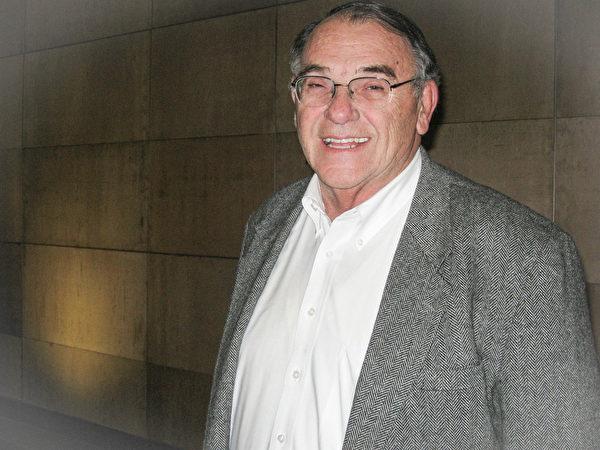 2014年1月28日晚,Vanderburgh 郡共和黨主席Wayne Parke 觀看了在美國印第安納州埃文斯維爾市艾肯劇院的首場神韻演出。Parke先生表示:演員配合渾然一體。(Cat Rooney /大紀元)